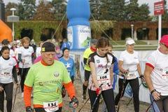 弗罗茨瓦夫,波兰- 2017年10月15日:健身的人们在城市公园追猎北欧人走的竞争 免版税库存图片