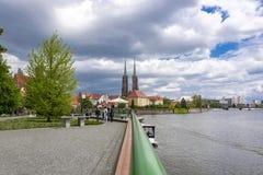 弗罗茨瓦夫,波兰- 2019年5月3日:圣约翰在弗罗茨瓦夫,风景春日天空蔚蓝白色云彩大教堂  库存照片