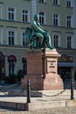 弗罗茨瓦夫,波兰- 2018年3月9日:著名波兰作家亚历山大Fredro新古典主义的古铜色雕象, 1897,伦纳德 免版税库存照片