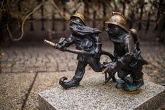 弗罗茨瓦夫,波兰- 15 2015年12月 照片一个雕塑矮人(地精)从托马什做的童话Moczek 免版税库存照片