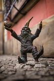 弗罗茨瓦夫,波兰- 15 2015年12月 照片一个雕塑矮人(地精)从托马什做的童话Moczek 库存照片