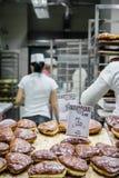 弗罗茨瓦夫10月22日2016年,波兰 为销售排队的酥皮点心a 图库摄影