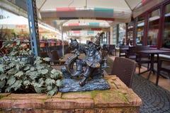 弗罗茨瓦夫` s旅游胜地雕象变矮小 地精饮用的强麦酒 免版税库存图片