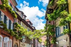 弗赖堡,德国- 2017年5月17日:老镇街道在弗莱堡,德国的西南部分的一个城市的出了价 免版税库存图片