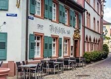 弗赖堡,德国- 2017年5月17日:老镇街道在弗莱堡,德国的西南部分的一个城市的出了价 库存照片