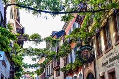 弗赖堡,德国- 2017年5月17日:老镇街道在弗莱堡,德国的西南部分的一个城市的出了价 免版税图库摄影