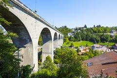 弗里堡,在Sarine河的Zaehringen桥梁 库存图片