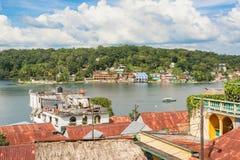 从弗洛勒斯历史海岛的看法湖的贝登Itza 免版税库存照片