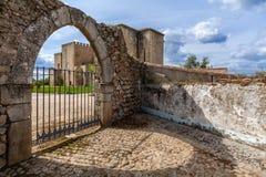 弗洛尔da罗莎修道院在通过哥特式门被看见的Crato 免版税库存图片