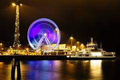弗累斯大转轮在行动的晚上在码头 免版税库存图片