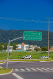 弗洛里亚诺波利斯,巴西- 2016年5月08日:垂悬从有城市的有些地方directios的一个岗位的绿色大标志  免版税图库摄影