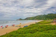 弗洛里亚诺波利斯,巴西- 2016年5月08日:许多海滩普腊亚痣城市有的一,享用好的人们 图库摄影