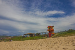 弗洛里亚诺波利斯,巴西- 2016年5月08日:colorfull在海滩的liefguard小屋与作为背景的好的蓝色多云天空 库存图片