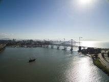 弗洛里亚诺波利斯,巴西- 7月17 :当前Hercilio Luz桥梁在恢复下,在弗洛里亚诺波利斯 免版税库存照片