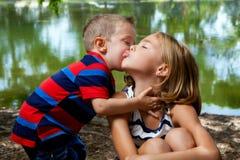 弟弟亲吻大姐的面颊 库存照片