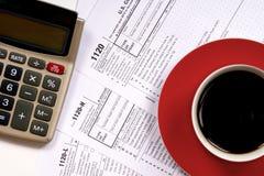 1120张与咖啡杯的报税表顶视图 库存照片