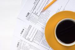 1120张与咖啡杯的报税表顶视图 图库摄影