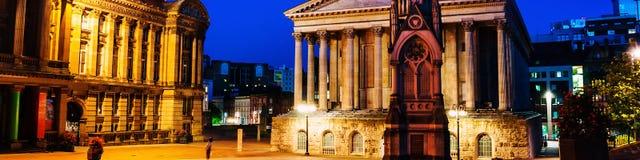 张伯伦正方形在与有启发性城镇厅和张伯伦纪念品的晚上在伯明翰,英国 免版税库存照片