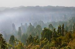 张家界森林公园 上升从峡谷的硕大柱子山 皇家皇帝` s笔峰顶,田仔 免版税库存图片