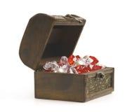 张开与在白色隔绝的首饰的宝物箱 库存照片