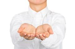 张开在白色办公室衬衣的空的女性手 免版税库存图片