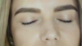 张开她的眼睛的一半女性白种人面孔隔绝在白色背景 影视素材