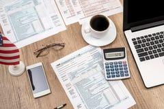 1040张报税表,膝上型计算机玻璃,咖啡 免版税库存图片