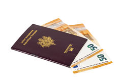 100张欧洲票据钞票被插入在欧洲法国护照之间页  免版税库存图片