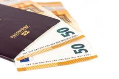 100张欧洲票据钞票被插入在欧洲法国护照之间页  免版税库存照片