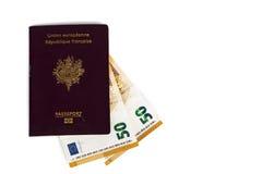 100张欧洲票据钞票被插入在欧洲法国护照之间页  库存图片