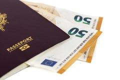 100张欧洲票据钞票被插入在欧洲法国护照之间页  免版税图库摄影