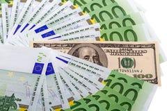 100张欧洲钞票和一百美元 免版税库存图片