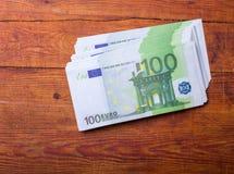 100张欧洲钞票特写镜头在木背景的 免版税库存照片