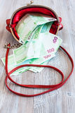 100张欧洲钞票从红色提包下降  免版税图库摄影