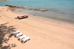 4张白色海滩睡椅 免版税库存图片
