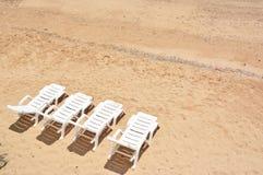 4张白色海滩睡椅 免版税库存照片