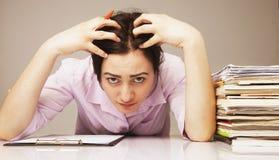紧张的妇女与文件(心理画象, ag一起使用 免版税库存照片