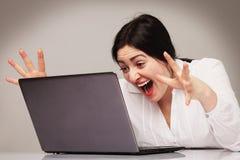 紧张的妇女与膝上型计算机(心理画象, aggre一起使用 免版税库存图片