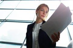 紧张的妇女等待与上司的一次会议 免版税库存图片
