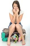 紧张的急切少妇坐看起来一个溢出的手提箱担心 免版税库存图片