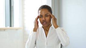 紧张的黑人妇女,头疼 影视素材