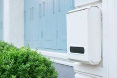 张贴在白色墙壁上的箱子有绿色自然的,白色邮箱 库存照片