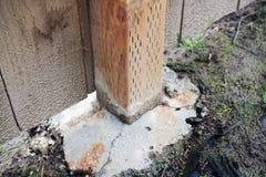 张贴将阻止显示它的篱芭下沉入混凝土 库存图片
