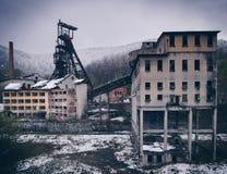 张贴被放弃的开采的设施的工业风景在的 库存照片