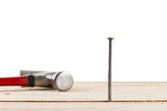 弦槌和钉子在一张木桌上 免版税库存图片