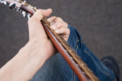 弦的顶视图在一把声学吉他的 库存照片
