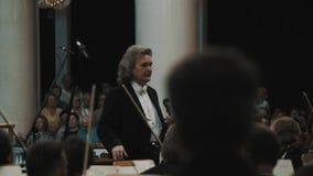 弦管弦乐队主角对人的音乐家弓在经典样式音乐厅里 股票视频