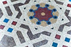 弧另外形状在地面马赛克的 图库摄影