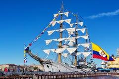 弧格洛里亚三桅帆,是教练船和哥伦比亚的海军的正式旗舰,在一次参观向圣彼德堡 免版税库存照片