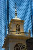 弧波士顿市夜间大厅房子老视图 免版税库存照片